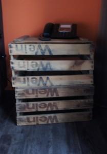 Ein alter Weinkasten wurde als Beistelltisch verwendet.